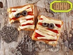 Уплашени сандвичи за Хелоуин с кашкавал и кетчуп - снимка на рецептата